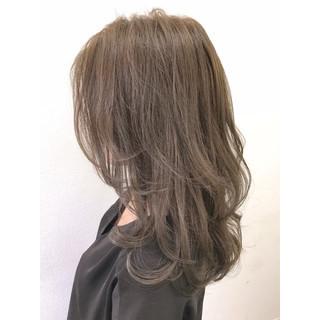 グレージュ リラックス アッシュ ウェーブ ヘアスタイルや髪型の写真・画像