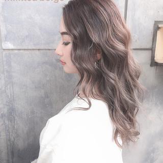 ハイトーンカラー セミロング アッシュグレージュ オリーブベージュ ヘアスタイルや髪型の写真・画像