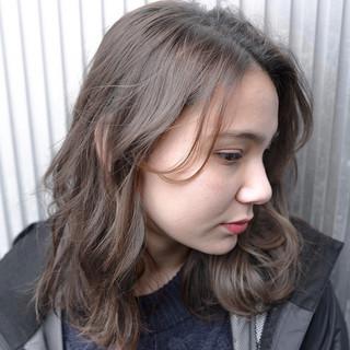 ストレート スモーキーカラー グレージュ アッシュ ヘアスタイルや髪型の写真・画像