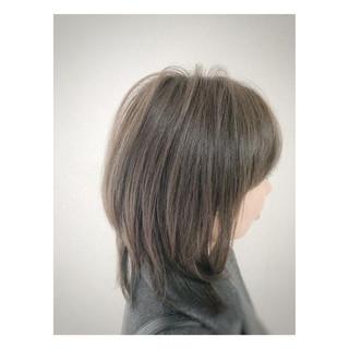ミディアム コンサバ アッシュグレージュ ヘアスタイルや髪型の写真・画像