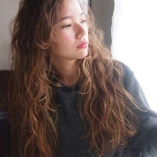 ウェーブ ウェットヘア ロング 外国人風 ヘアスタイルや髪型の写真・画像