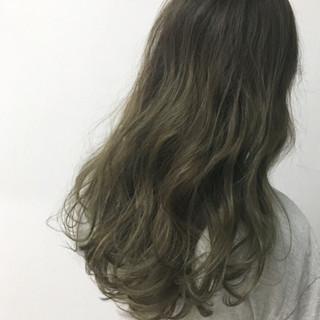 ロング グレー 透明感 カーキアッシュ ヘアスタイルや髪型の写真・画像