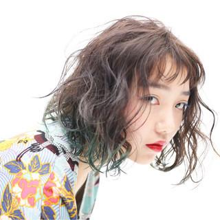 グリーン グラデーションカラー ミディアム ブリーチ ヘアスタイルや髪型の写真・画像