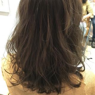 アッシュ ミディアム ゆるふわ くせ毛風 ヘアスタイルや髪型の写真・画像