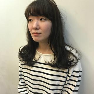 セミロング デート 黒髪 パーマ ヘアスタイルや髪型の写真・画像