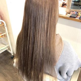 ハイトーンカラー ロング ミルクティーアッシュ ナチュラル ヘアスタイルや髪型の写真・画像