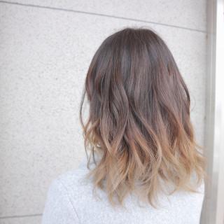 ミディアム グラデーションカラー ブリーチ ナチュラル ヘアスタイルや髪型の写真・画像
