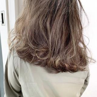 外国人 オリーブグレージュ カーキアッシュ ナチュラル ヘアスタイルや髪型の写真・画像