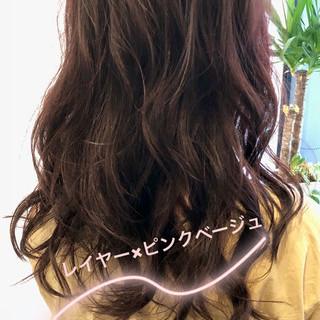 レイヤーカット 大人女子 ベージュ セミロング ヘアスタイルや髪型の写真・画像