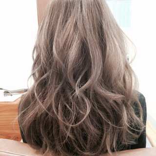 グレージュ ロング ゆるふわ ハイトーン ヘアスタイルや髪型の写真・画像
