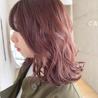 ミディアム レイヤー イルミナカラー フェミニン ヘアスタイルや髪型の写真・画像