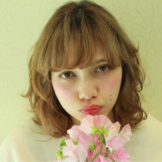 パーマ ミルクティー フリンジバング 外ハネ ヘアスタイルや髪型の写真・画像