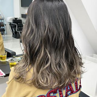 グレージュ セミロング バレイヤージュ グラデーションカラー ヘアスタイルや髪型の写真・画像