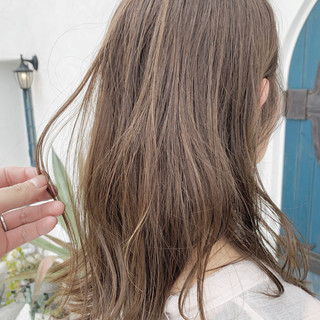アッシュベージュ フェミニン 寒色 波巻き ヘアスタイルや髪型の写真・画像
