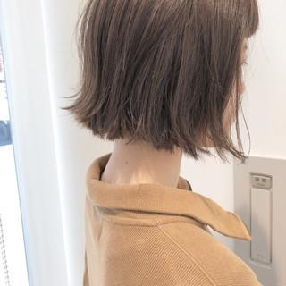グレージュ 外ハネ ワンレングス 透明感 ヘアスタイルや髪型の写真・画像
