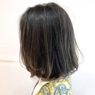 バレイヤージュ 内巻き ハイライト アッシュ ヘアスタイルや髪型の写真・画像