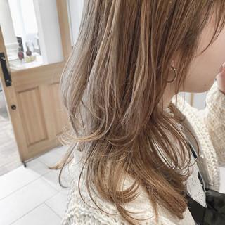 ミルクティー 透明感カラー ナチュラル ハイライト ヘアスタイルや髪型の写真・画像