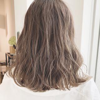 ミルクティーグレージュ アンニュイほつれヘア ミディアム 外国人風カラー ヘアスタイルや髪型の写真・画像 ヘアスタイルや髪型の写真・画像