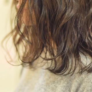 パーマ ミディアム ウェーブ アンニュイ ヘアスタイルや髪型の写真・画像