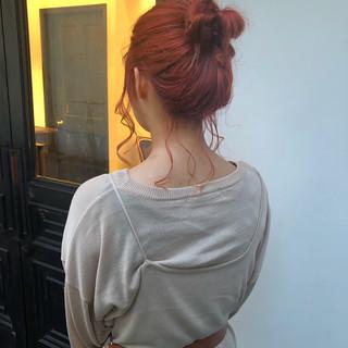 オレンジカラー お団子アレンジ ミディアム 外国人風カラー ヘアスタイルや髪型の写真・画像