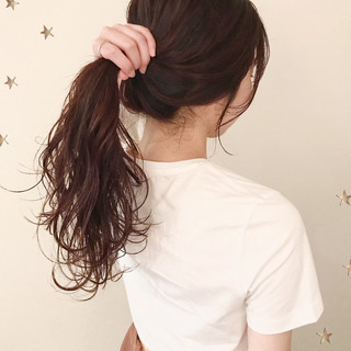 チェリーレッド ロング ゆる巻き ストリート ヘアスタイルや髪型の写真・画像