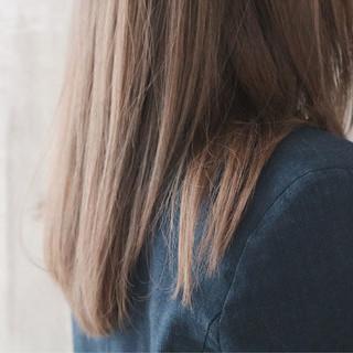 ロング グレージュ ミルクティーグレージュ ストレート ヘアスタイルや髪型の写真・画像