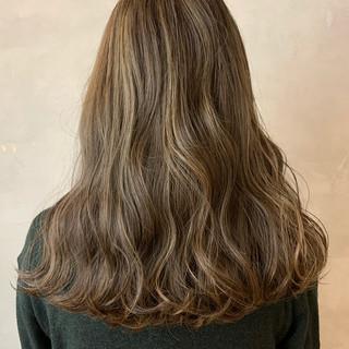 ミルクティーベージュ アッシュベージュ アンニュイほつれヘア シアーベージュ ヘアスタイルや髪型の写真・画像