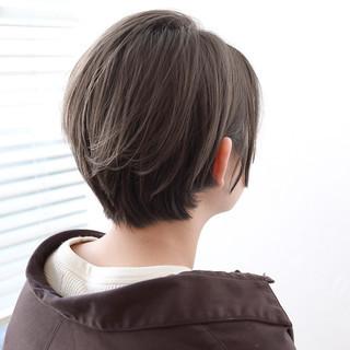グレージュ ナチュラル ショート 前髪あり ヘアスタイルや髪型の写真・画像