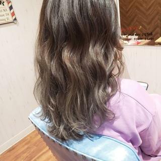 セミロング デート パーマ グレージュ ヘアスタイルや髪型の写真・画像