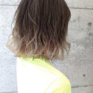ホワイトベージュで透明感あふれるヘアに♡柔らかい色合いが魅力のカラー