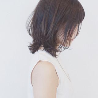 グレージュ フェミニン ミディアム 外ハネ ヘアスタイルや髪型の写真・画像