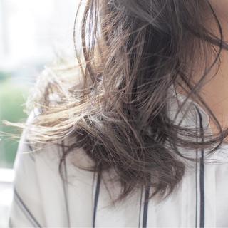 アッシュベージュ フェミニン ミディアム グレージュ ヘアスタイルや髪型の写真・画像