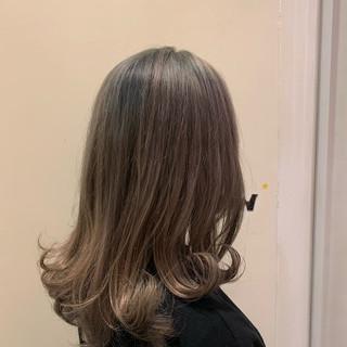 かわいい プラチナムカラー セミロング ブリーチカラー ヘアスタイルや髪型の写真・画像