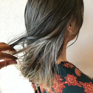 セミロング ホワイトグレージュ グレーアッシュ インナーカラーグレージュ ヘアスタイルや髪型の写真・画像 ヘアスタイルや髪型の写真・画像