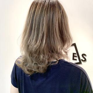 フェミニン ブリーチ ミディアム 透明感カラー ヘアスタイルや髪型の写真・画像