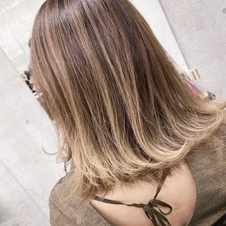 ハイライト ナチュラル エアータッチ ミディアム ヘアスタイルや髪型の写真・画像