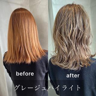 ミディアム インナーカラー ミルクティーグレージュ ストリート ヘアスタイルや髪型の写真・画像