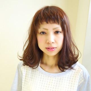 ミディアム ウェットヘア パーマ 外ハネ ヘアスタイルや髪型の写真・画像
