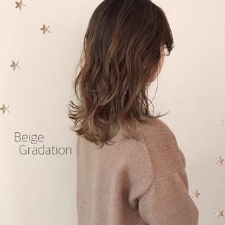 ゆるナチュラル グラデーションカラー ゆる巻き セミロング ヘアスタイルや髪型の写真・画像