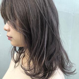 アッシュグレー ナチュラル 上品 セミロング ヘアスタイルや髪型の写真・画像