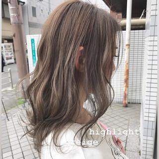 ミディアム ブラウンベージュ ハイライト ナチュラル ヘアスタイルや髪型の写真・画像
