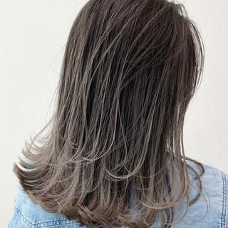 バレイヤージュ ミルクティーベージュ ハイライト セミロング ヘアスタイルや髪型の写真・画像