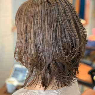 ベージュ ミディアムレイヤー ハイライト ゆるナチュラル ヘアスタイルや髪型の写真・画像