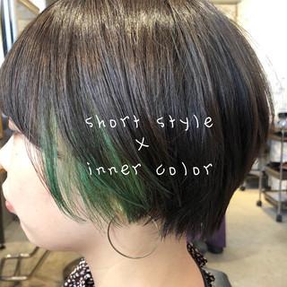 冬カラー インナーカラー ショートヘア ストリート ヘアスタイルや髪型の写真・画像