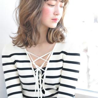 パーマ ミディアム フリンジバング ミルクティー ヘアスタイルや髪型の写真・画像