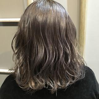 外国人風カラー デート ミディアム グレージュ ヘアスタイルや髪型の写真・画像 ヘアスタイルや髪型の写真・画像