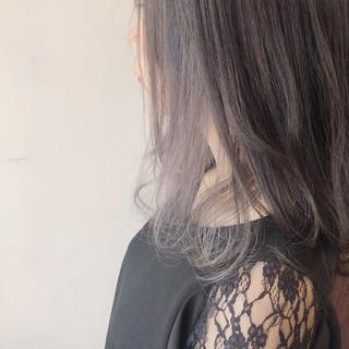 グレージュ ミディアム フェミニン インナーカラー ヘアスタイルや髪型の写真・画像