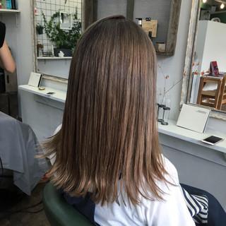 マット グレージュ オリーブアッシュ ミディアム ヘアスタイルや髪型の写真・画像