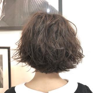 アンニュイほつれヘア パーマ ナチュラル アウトドア ヘアスタイルや髪型の写真・画像