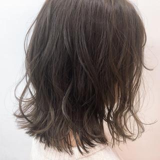 ブルーアッシュ グレーアッシュ 切りっぱなしボブ ミディアム ヘアスタイルや髪型の写真・画像